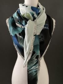 Grijs-groen-blauw groot rand dessin,  Couture sjaal. Grijs franjeband.