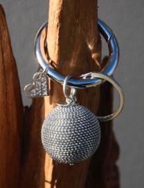 Tas- sleutelhanger van La Jolie Maison. grote metalen bol. Zilverkleurig