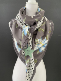 Grijs-blauw-groen bloemen  patroon / Witte fancy stip (blaadje), couture sjaal.