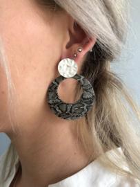 Biba Statement  oorbellen, rond. Mat zilverkleurig -  grijze snake print.