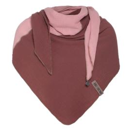 3 hoek Sjaal Fay van het mooie merk Knit Factory. Stone red combi