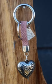 Tas- sleutelhanger van La Jolie Maison. Leer + zilverkleurig hart. Oudroze