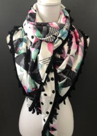 Leuke geometrische print / offwhite- zwarte bolletjes achterkant. Couture sjaal.