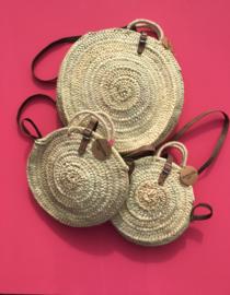 Raffia tas / roundie bag met echt leren flap. Zwart. Maat M. 25 cm.