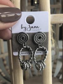 By Jam, RVS oorbellen (stainless steel), zilverkleurig. 3 mini ringetjes aan ovaal.