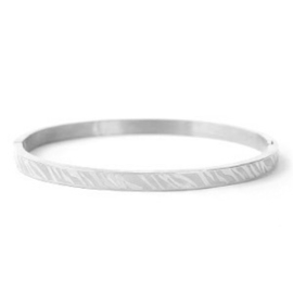 RVS (stainless steel) smalle bangle armband. Zebra reliëf. Zilverkleurig.