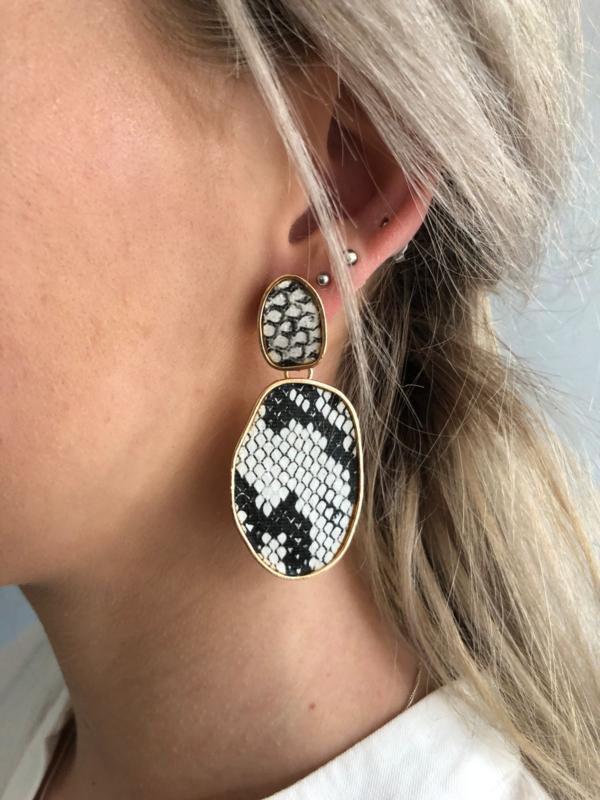 Mooie snake oorbellen, Grillig ovaal. Goudkleurig - ecru / zwart