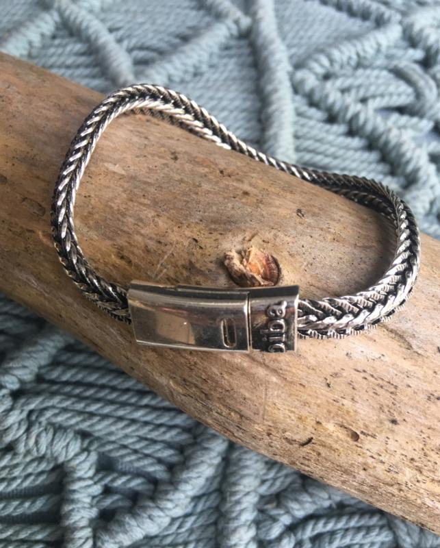 Biba armband, silver plated metaal. Buddha look. Model breed plat met randje.