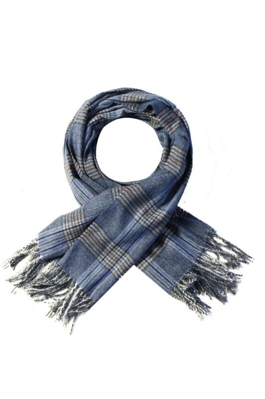 Langwerpige super soft sjaal. Klassiek ruit patroon. Blauw tinten.