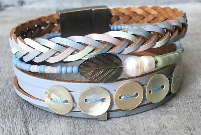 Armband écht leer, 4 rijen. Magneetsluiting. Lichtblauw.