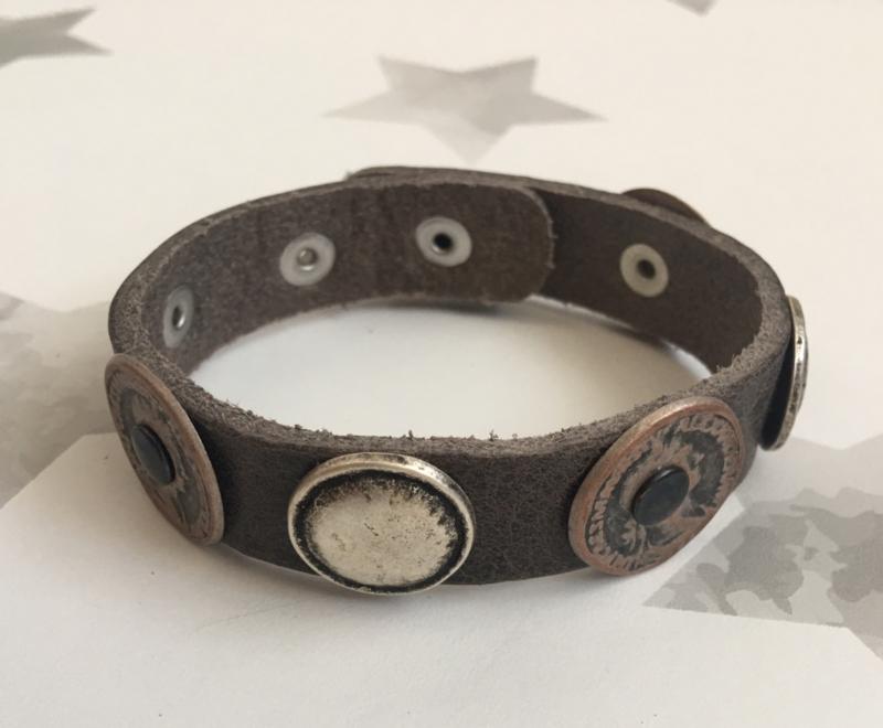 Leren armband  met munten- studs. Bruin (taupe) Eigen ontwerp.