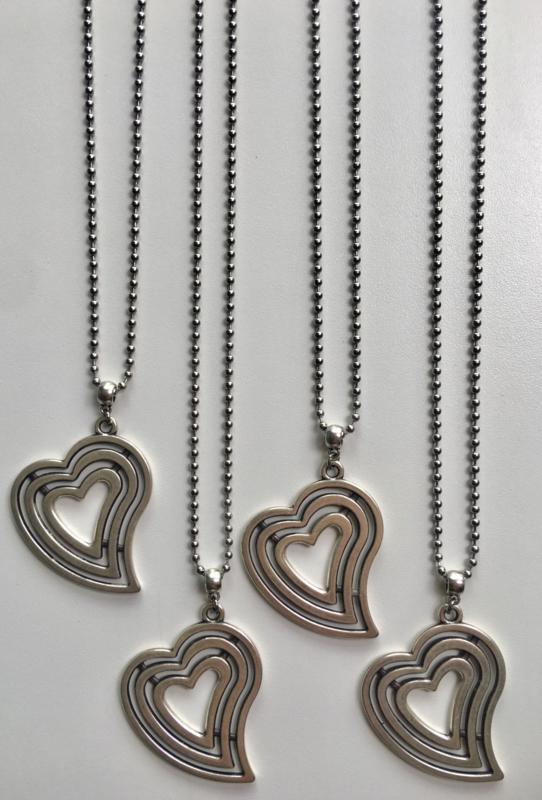 Mooie lange bolletjes ketting in RVS. Groot A-symmetrisch plat hart.