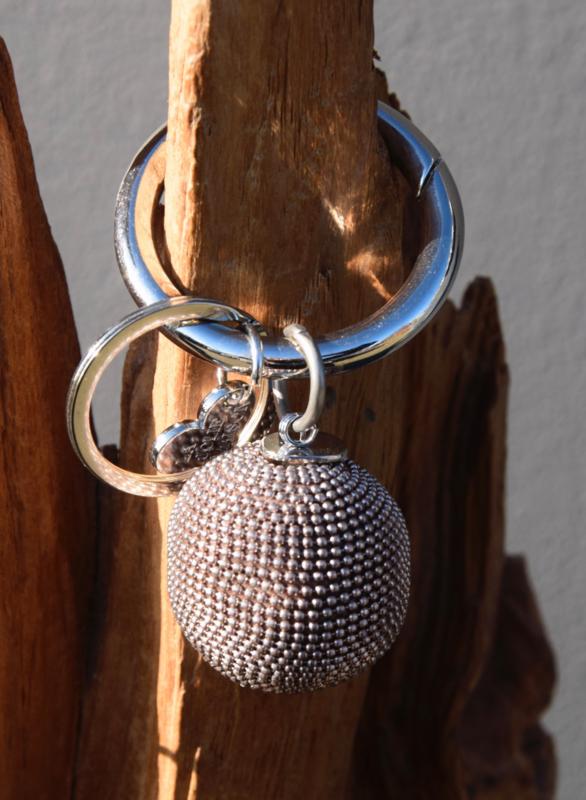 Tas- sleutelhanger van La Jolie Maison. grote metalen bol. Rosé-bruinig