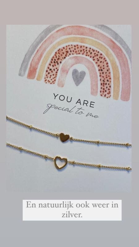 """SET van 2 Stainless steel armbandjes met hartjes op kaart """"You are special to me"""". Goud."""