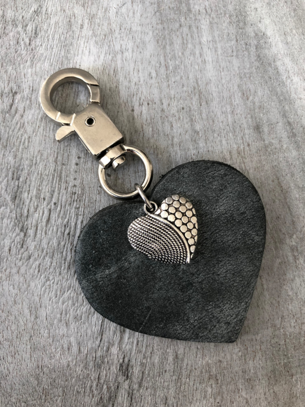 Tas- & sleutelhanger écht leer hart + hart bedel. Antraciet