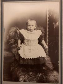 Foto's | Baby's | 'Kleutertje in jurkje met broderie schortje - Bobs LIVERPOOL  ca. 1850