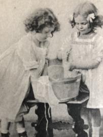 1910 Duitsland - Berlijn |  'Twee meisjes bij een wastobbe'  zwart/wit