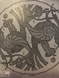 Onbekend | Dieren | Telpatroon  (kopie - met kleurnummers) 'Rond kussen in kruissteekborduursel' dia 44 cm met twee vogeltjes