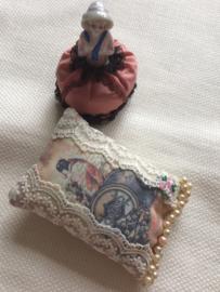Speldenkussentje met pareltjes in Victoriaanse stijl