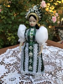 Rusland | Vintage klederdrachtpoppetje met mooie groene jurk en pareltjes (porselein) Jelina