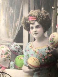 Briefkaarten | Pasen | 'Joyeuses  Paques': mooie jonge vrouw in schitterende jurk en paaseieren en rozen  (ca. 1900-1910)