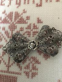 Gespen | Ovaal | Zilver | Verzilverde mantelhaken met filigraan met roosje in het midden - streekdracht Friesland