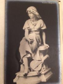 Beeld van vrouw met een snaarinstrument | ca. 1920-1930 - - vintage briefkaart Kunst