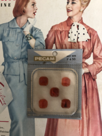 Knopen | Rood - 13 mm Pecam doosje met 5 carré knopen iets gemarmerd met oranje | vintage jaren '60