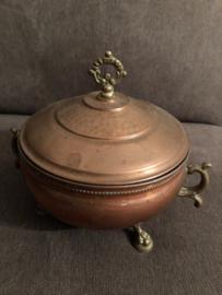 Rood koper | Bijzondere koperen pot met deksel en leeuwenpootjes | ca. 1910-1920