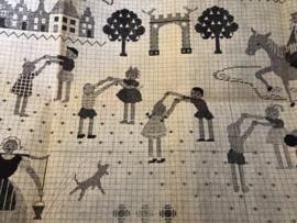 Onbekend | Mensen | Telpatroon van spelende kinderen op een speelplein en ridder en een meisje in streekdracht