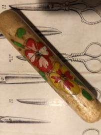 VERKOCHT   Naaldenkoker   Hout   Houten (eiken - gelakt) (stop-)naaldenkoker met rode bloemen - 1920-1940