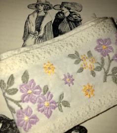 Band | Wit | Antiek Frans bandje met lila/gele geborduurde bloemetjes (6 cm)