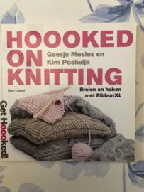 Boeken | Breien | Hooked on Knitting: breien en haken met RibbonXL - Geesje Mosies en Kim Poelwijk - Tirion Creatief
