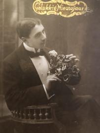 1900 | Zwart-wit | Man met rozen | Goudkleurige sticker Gelukkig Nieuwjaar