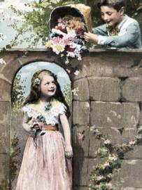 1908 | Oostenrijk | Ondeugend jochie strooit bloemen op meisje ?