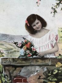 België | Briefkaart | 1917 - Mooi meisje bij een muurtje met bosje bloemen - ingekleurd