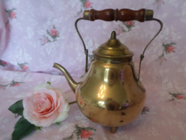 Geel koper |  Antiek bolketeltje met eikenhouten handvat | ca. 1900-1920
