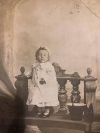 Foto | Baby's | Fotokaart Klein jongetje op een bankje bij een emmer - 1912