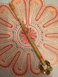 Kantklosje | Engels handbeschilderd met oranje bloemetje | jaren '70