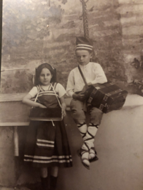 Foto | Kinderen | Jongen en meisje in klederdracht met muziekinstrumenten (arcordeon)