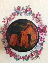 "Vintage lakdoosje ""Lady & the Vagebond""met twee hondjes en hondenhokje 5 x 3 cm | jaren '50"