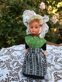 Nederland | Zeeland | Vintage klederdrachtpoppetje met zachte haartjes en oorijzertjes en mooi schortje 'Leuntje'