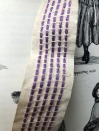 Band | Crème | Antiek bandje met hand geregen lila streepje er in (2.5  x 55 cm)