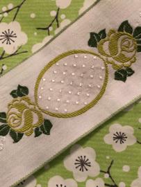 Band | Wit met groene roosjes en wit reliëf 5 cm
