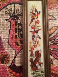 Vogels - Vintage borduurwerkje ingelijst  met hondje en vogels 25 x 6,5 cm | jaren '60-'70