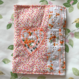 "Boekenhoes vintage broderie ""Orange Joy"" (19 x 24 cm)"