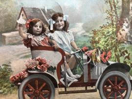 België | Briefkaart | 1924 - Twee meisjes met haarstrikjes in oude auto.