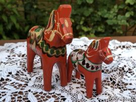 Zweden   Zweedse houten souvenir paardjes 2 stuks (9 en 6,5 cm)