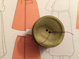 Knopen | Groen | 25 mm Mosgroen metallic -  schoteltje (2 gaatjes) | jaren '60