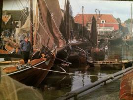 "Nederland | Spakenburg | Kaarten | Postcards | ""mannen op boot in streekdracht"""